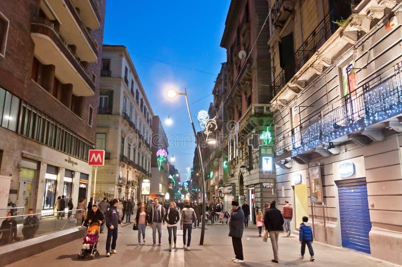 Através da opinião da rua de Toledo em Nápoles, Itália fotos de stock