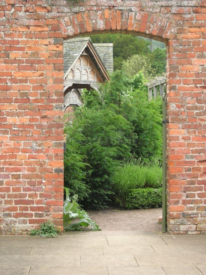 Através da porta do jardim fotografia de stock royalty free