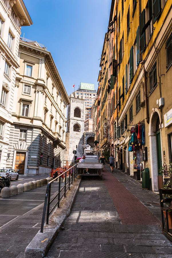 Através da rua de Porta Soprana que conduz a uma de portas de Genoa - Porta Soprana fotografia de stock