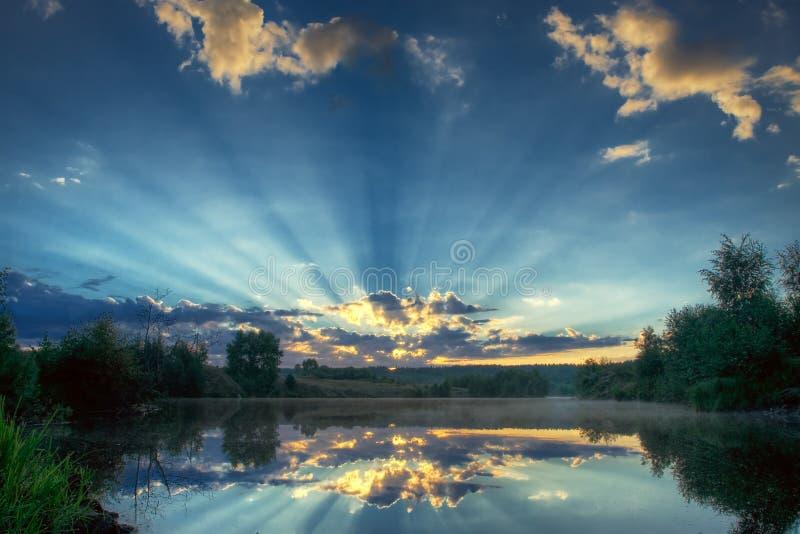 Através das nuvens fotos de stock