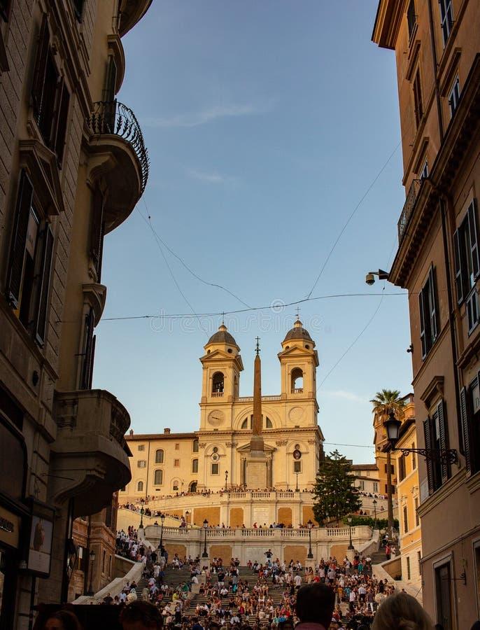 Através de Condotti com em fundo Trinità dei Monti, a escadaria famosa que negligencia Praça Di Spagna fotos de stock royalty free