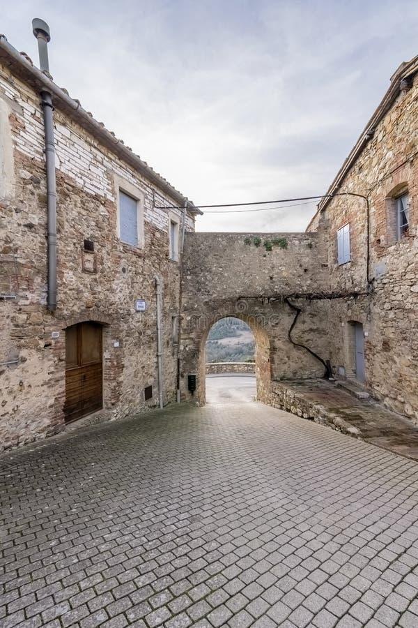 Através de Tonda da vila medieval desinibido de Murlo, Siena, Toscânia, Itália foto de stock royalty free