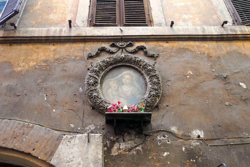 Através do dei Balestrari uma rua pequena em Roma, Itália foto de stock royalty free