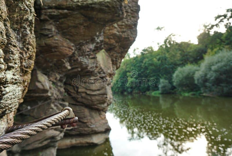 Através do detalhe do cabo entrançado de aço do ferrata acima de um rio foto de stock
