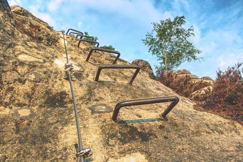 Através do ferrata nas montanhas no verão Amarrando o cabo entrançado de aço sobre através do ferrata imagem de stock royalty free