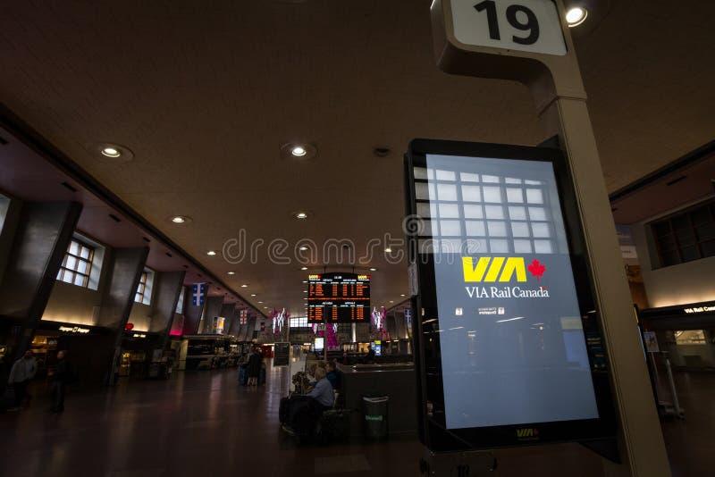 Através do logotipo do trilho recolhido o salão principal do terminal central do trem da estação de Montreal Através do trilho é  imagens de stock