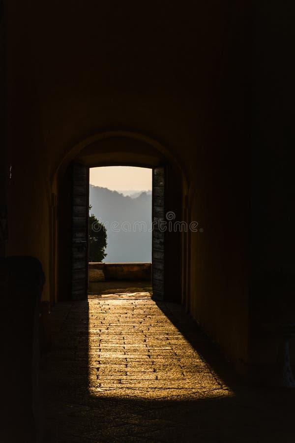 Através dos estares abertos na luz solar quebra uma fortaleza antiga Itália, Angera Castelo Rocca di Angera imagem de stock royalty free