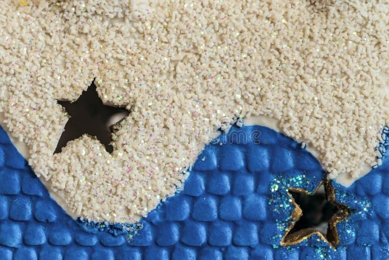 Através dos furos das estrelas em uma decoração branco-azul dos hristmas do ¡ de Ð imagens de stock