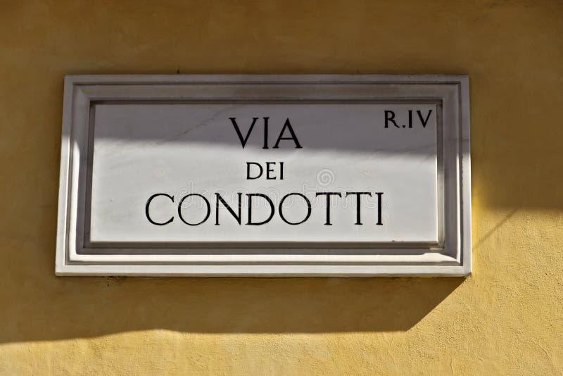 Atrav?s da rua de Dei Condotti assine dentro Roma fotografia de stock