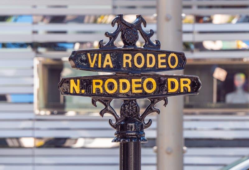 Atrav?s do sinal de rua do rodeio em Rodeo Drive em Beverly Hills - CALIF?RNIA, EUA - 18 DE MAR?O DE 2019 fotos de stock royalty free