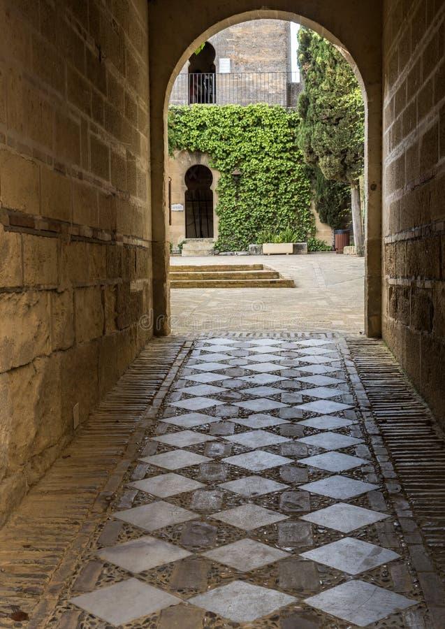 Atraves intérieurs de couloir d'accès aux dépendances à l'égard le château, I image libre de droits