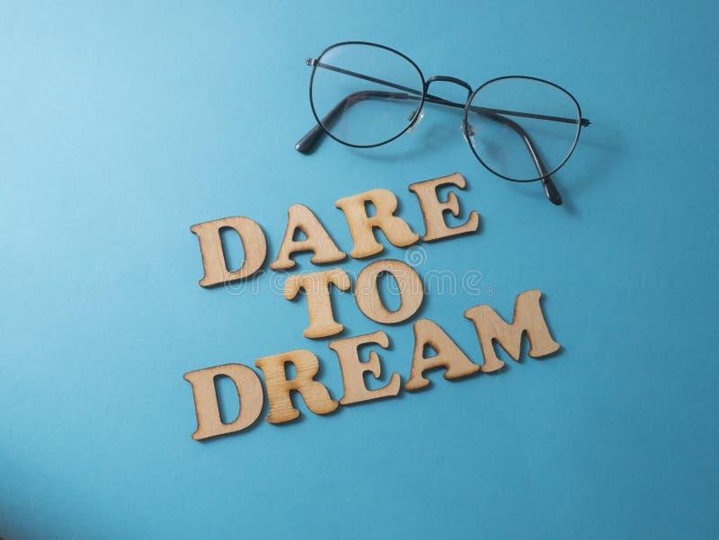 Atrevimiento al sueño Concepto de la tipografía de las palabras foto de archivo