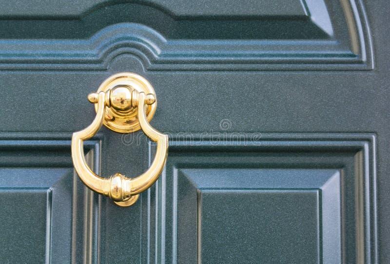08 09 2018 Atri, Italia - battitore di porta dorato su una porta scura tradizionale fotografia stock libera da diritti