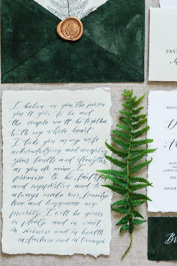 Atributos bonitos do casamento da caligrafia nas cores pastel Convite, envelope fotografia de stock royalty free