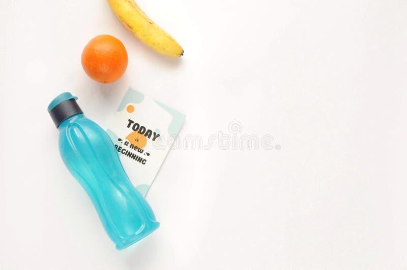 Atributos de um estilo de vida saudável: alimento, material desportivo no fundo branco com frase motivado Vista lisa com espaço d imagem de stock royalty free