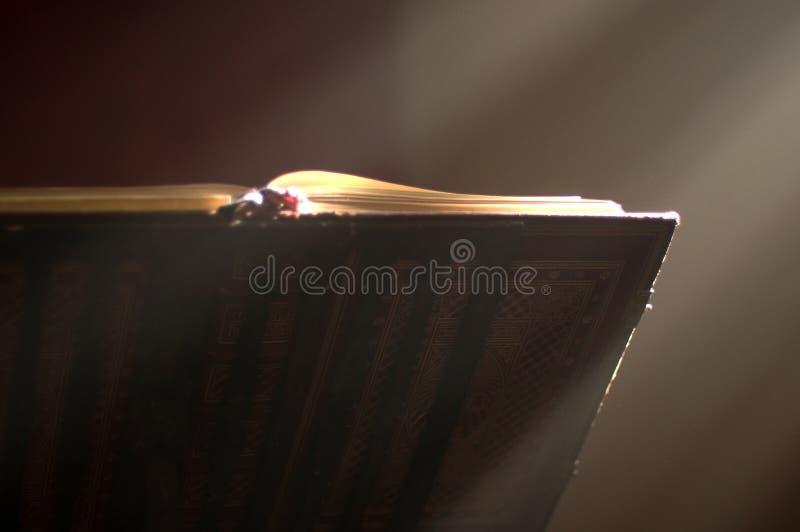 Atril en altar con una biblia santa. imágenes de archivo libres de regalías