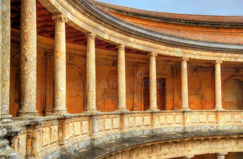 Atrio con las columnas en el palacio de Charles V, fortaleza de Alhambra en Granada, España imagenes de archivo