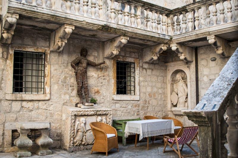 Atrio de una casa vieja, ciudad vieja, Korcula, Croacia imagenes de archivo