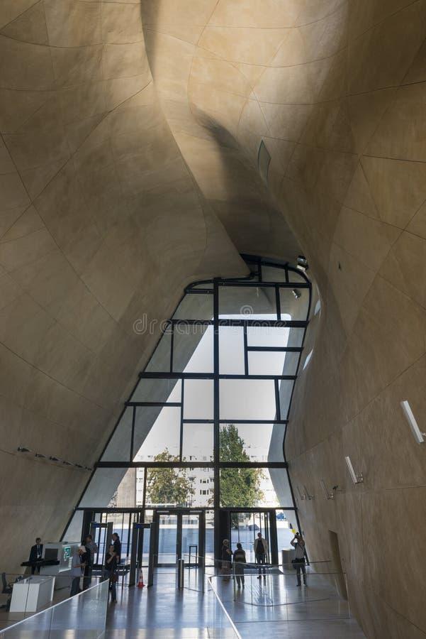 Atrio futuristico in museo di storia degli ebrei polacchi a Varsavia fotografia stock