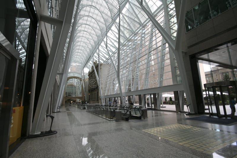 Atrio moderno del edificio de oficinas imagen de archivo libre de regalías
