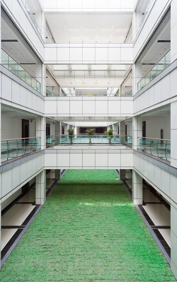 Atrium in einem Bürohaus lizenzfreie stockfotografie