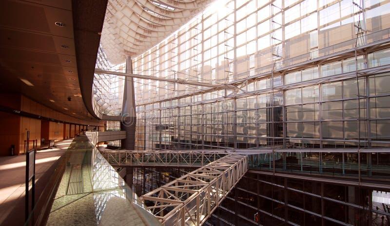 Atriumfußgängerbrücken lizenzfreie stockbilder