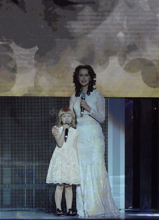 """A atriz Alena Bikkulova e o finalista do ` exprimem ` Yaroslava Degtyareva crianças do †das """" foto de stock royalty free"""