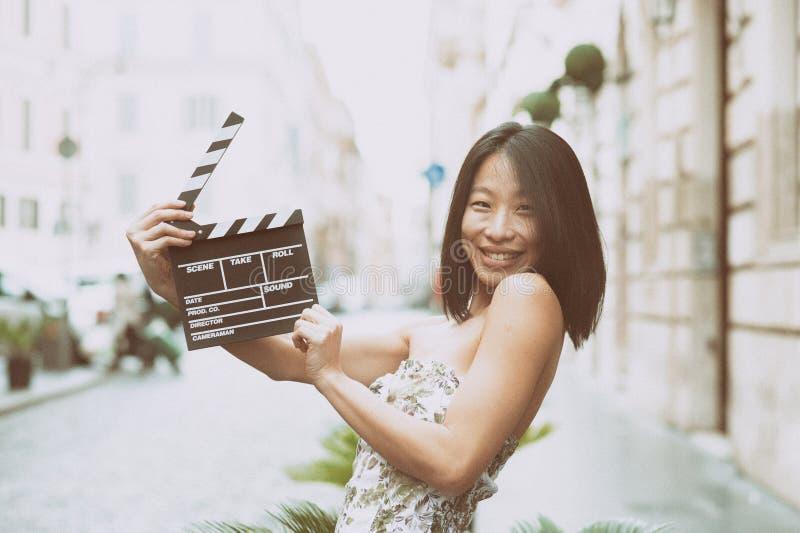 Atriz asiática que sorri com placa de válvula imagens de stock