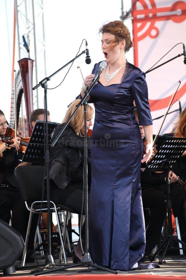 Atriz de Opera e cantor Alina Shakirova (Rússia), soprano de mezzo, na fase aberta fotos de stock royalty free