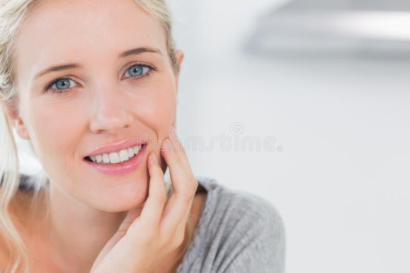 Atrractive blondynki kobiety ono uśmiecha się zdjęcie royalty free