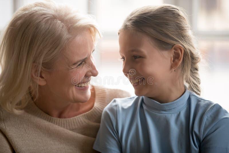 Att älska farmodern ser litet sondotterslut upp bild fotografering för bildbyråer