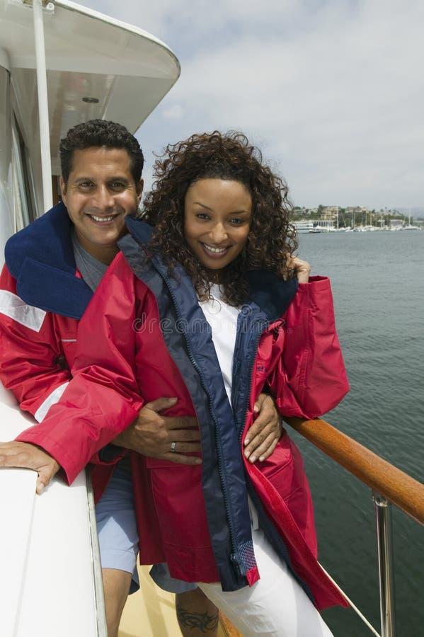 Att älska kopplar ihop att tycka om semester på yachten royaltyfri foto