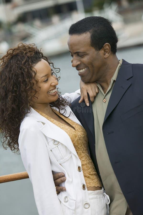 Att älska kopplar ihop på yachten arkivfoto