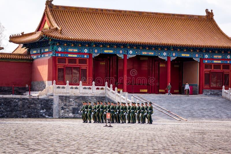 Att ändra av vakten på Forbidden City, tjäna som soldat att marschera i ett bildande fotografering för bildbyråer