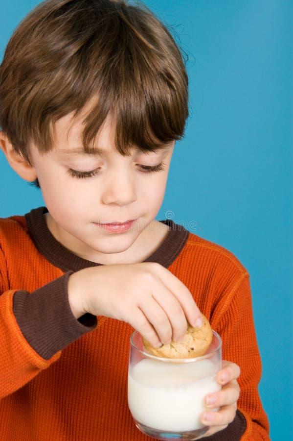 att äta för pojkekakor mjölkar royaltyfria foton