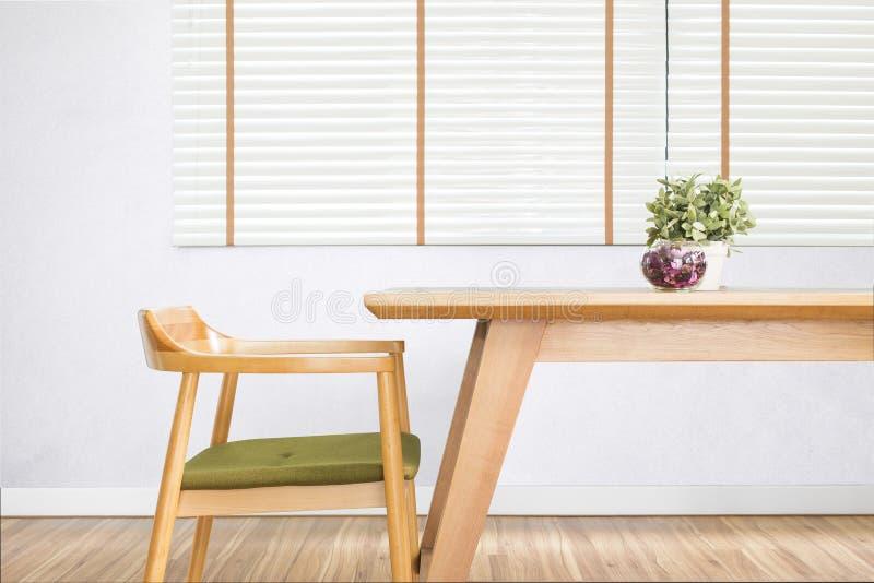 Att äta middag tabellen ställde in med stol i den hemtrevliga matsalen royaltyfria bilder