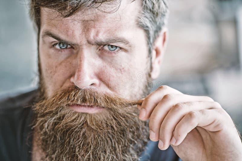 Att ansa och barberaren shoppar begrepp Manlighet och brutalitet Manlig skönhet Macho brutal skäggig hipster som flörtar upp slut royaltyfria bilder