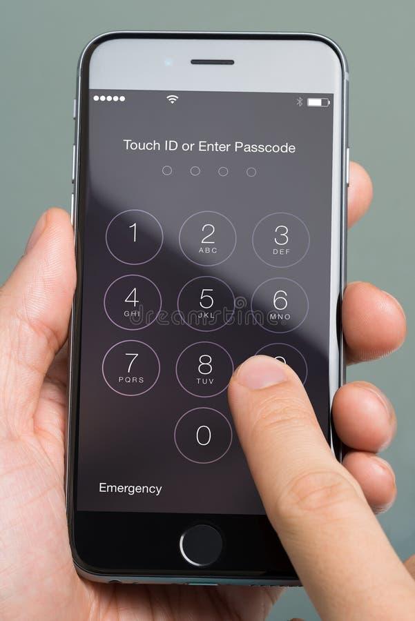 Att använda för hand skriver in Passcodeapplikation på Apple iPhone6 royaltyfri foto