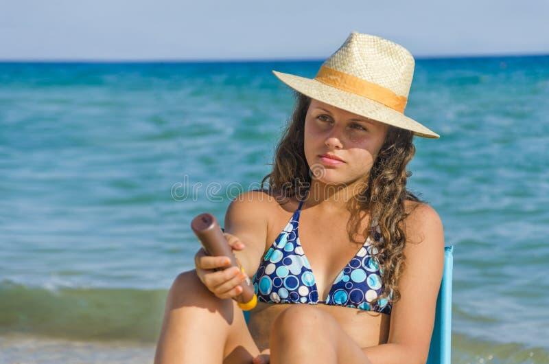 Att applicera för flicka solbadar kräm arkivfoto