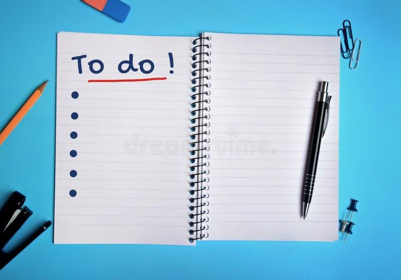 Att att göra ord på anteckningsboken fotografering för bildbyråer