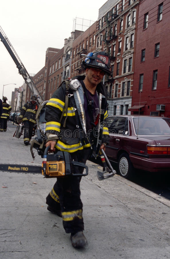 Att bära för FDNY-brandman bearbetar och utrustning i New York City, USA royaltyfri foto