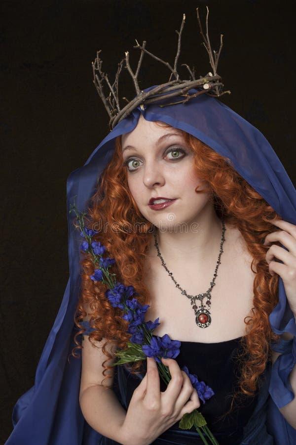 Att bära för kvinna fattar kronan royaltyfri fotografi