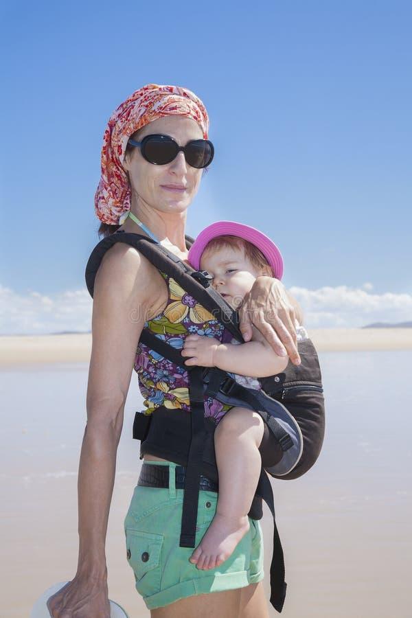 Att bära för moder behandla som ett barn i ryggsäck royaltyfria bilder