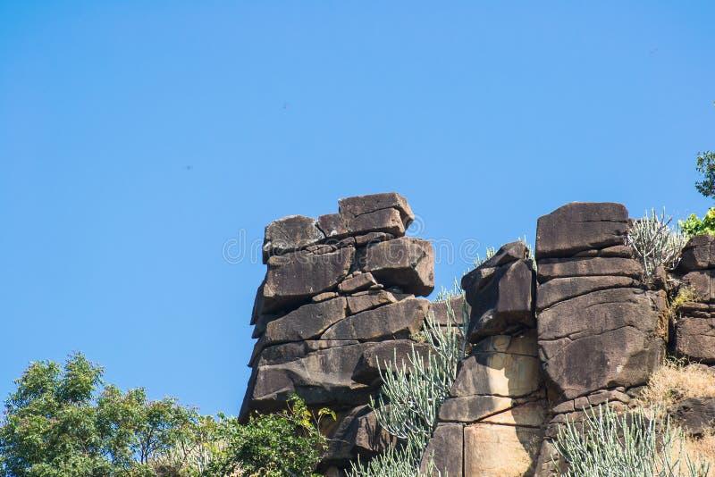 Att balansera vaggar Mandu Mandav Madhya Pradesh royaltyfria foton