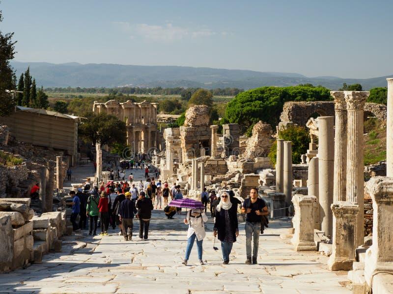 Att besöka för turister fördärvar av den forntida staden, Ephesus, Turkiet royaltyfria foton