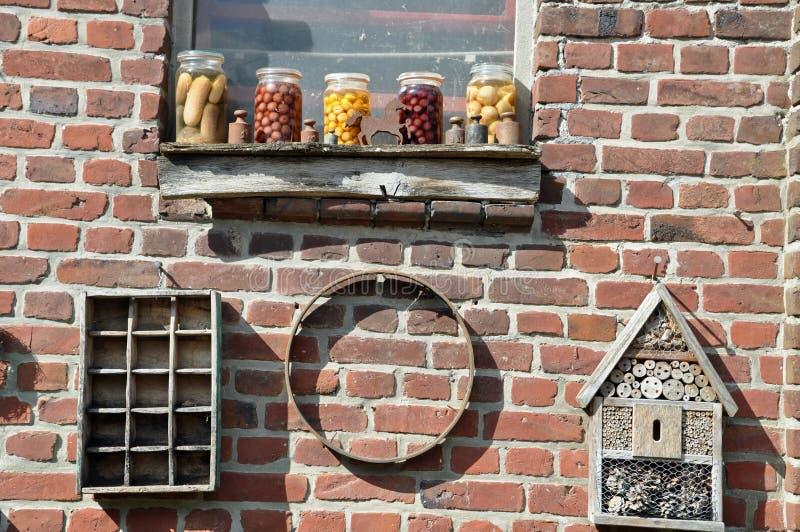 Att bevara skorrar på fönsterfönsterbräda fotografering för bildbyråer
