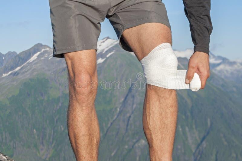 Att bry sig för knäskada royaltyfri foto