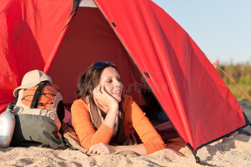 att campa för strand som är lyckligt, kopplar av tentkvinnan arkivbilder