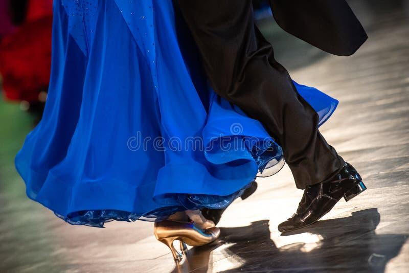 Att dansa skor fot, och ben av kvinnlign och mannen kopplar ihop balsalen arkivbilder