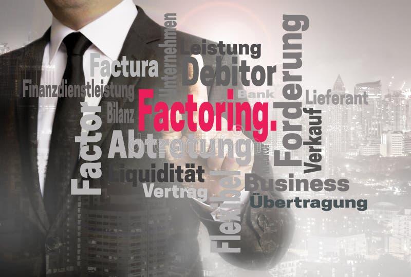 Att dela upp i faktorer wordcloudpekskärmen visas av affärsmannen royaltyfri bild